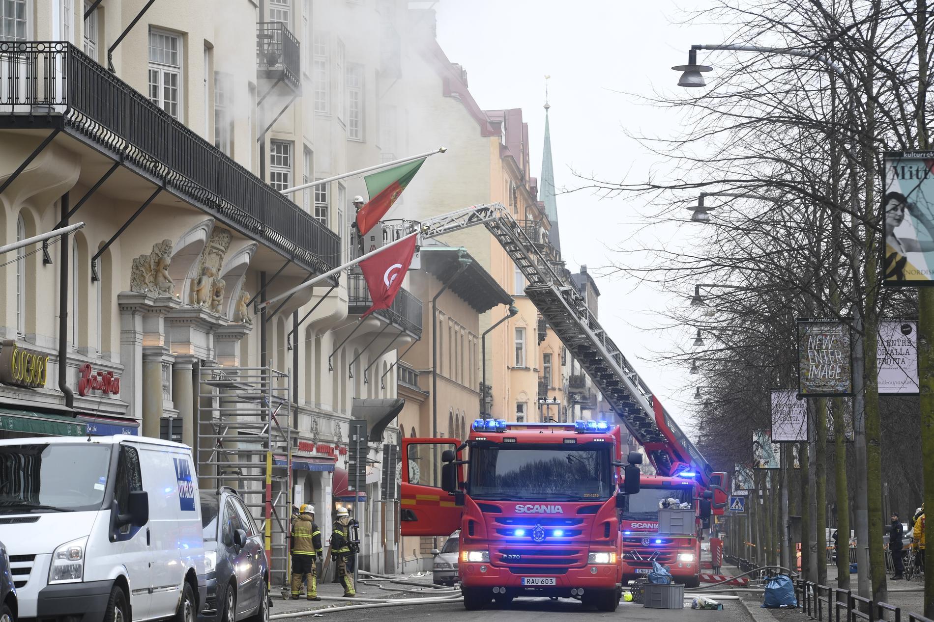 Det brann på tre våningar i en byggnad på Narvavägen på Östermalm i Stockholm. I byggnaden finns bland annat ambassaderna för Portugal, Tunisien och Argentina inrymda.