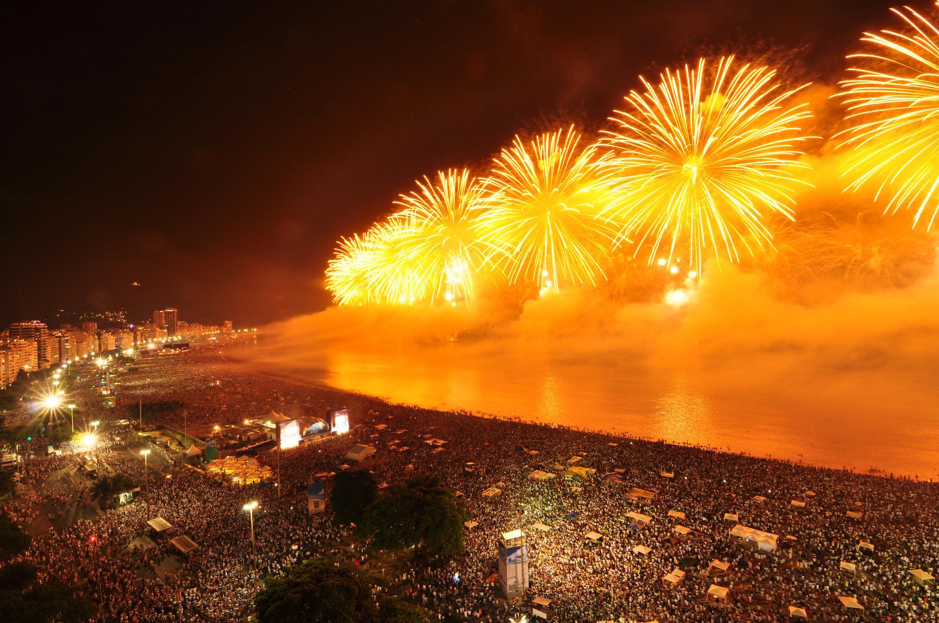 I Rio de Janeiro är stranden platsen att fira nyår på.