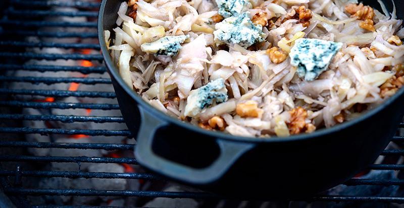 Varm vitkålssallad till grillade köttet.