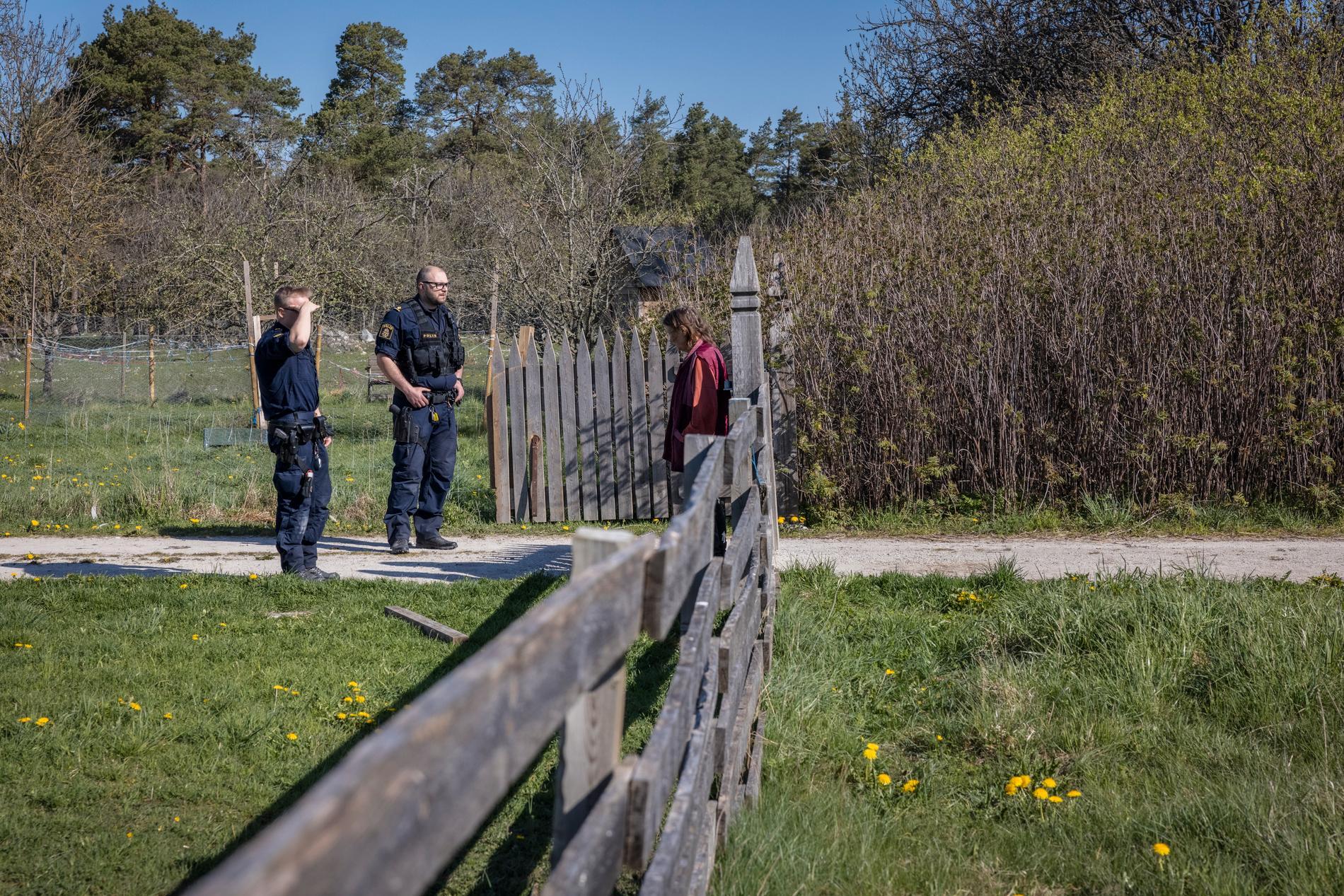 Poliser samlas vid gården när Länsstyrelsen slår till mot gården och vanvården.