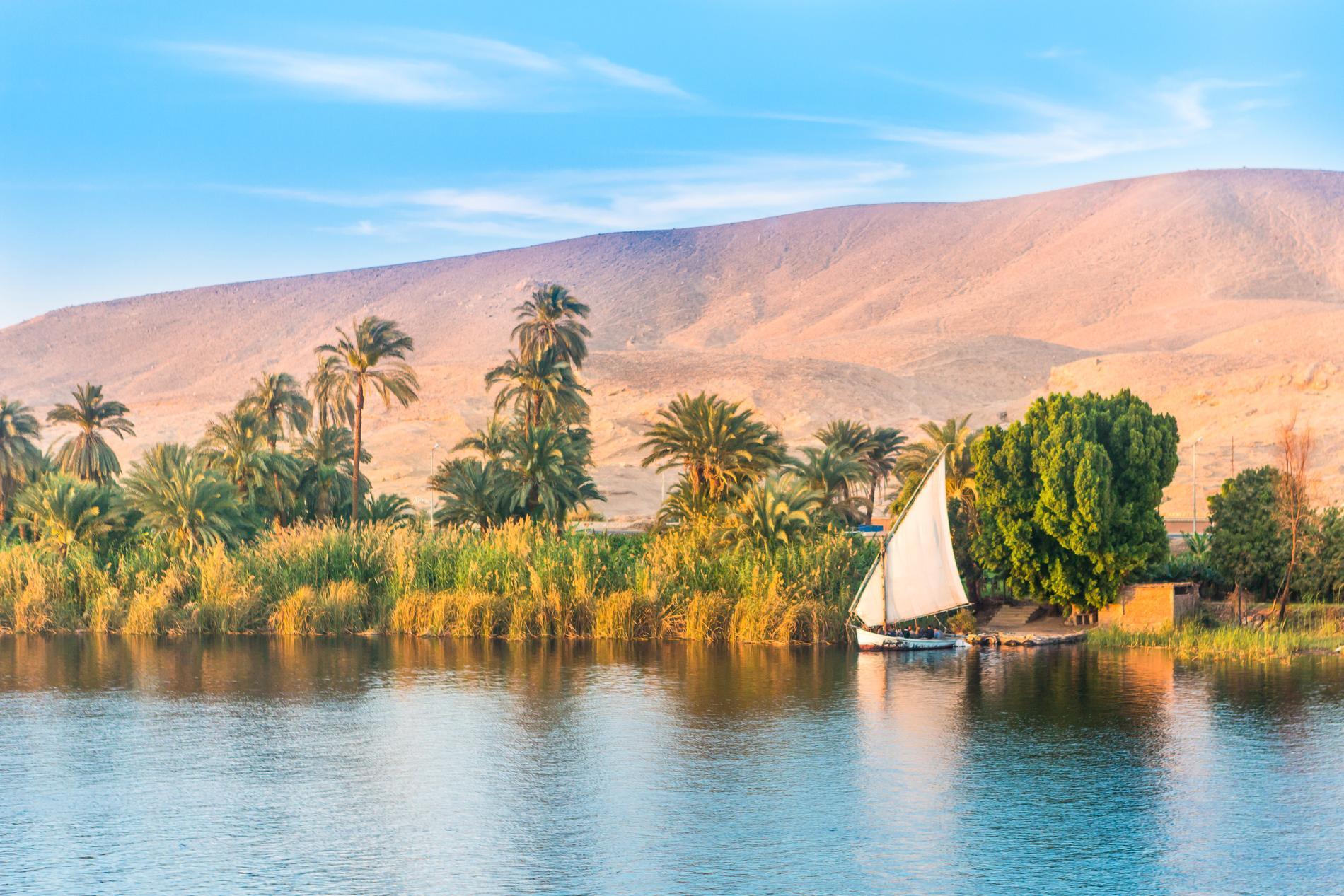 Nilens färger blir en kontrast till sanden runt floden.