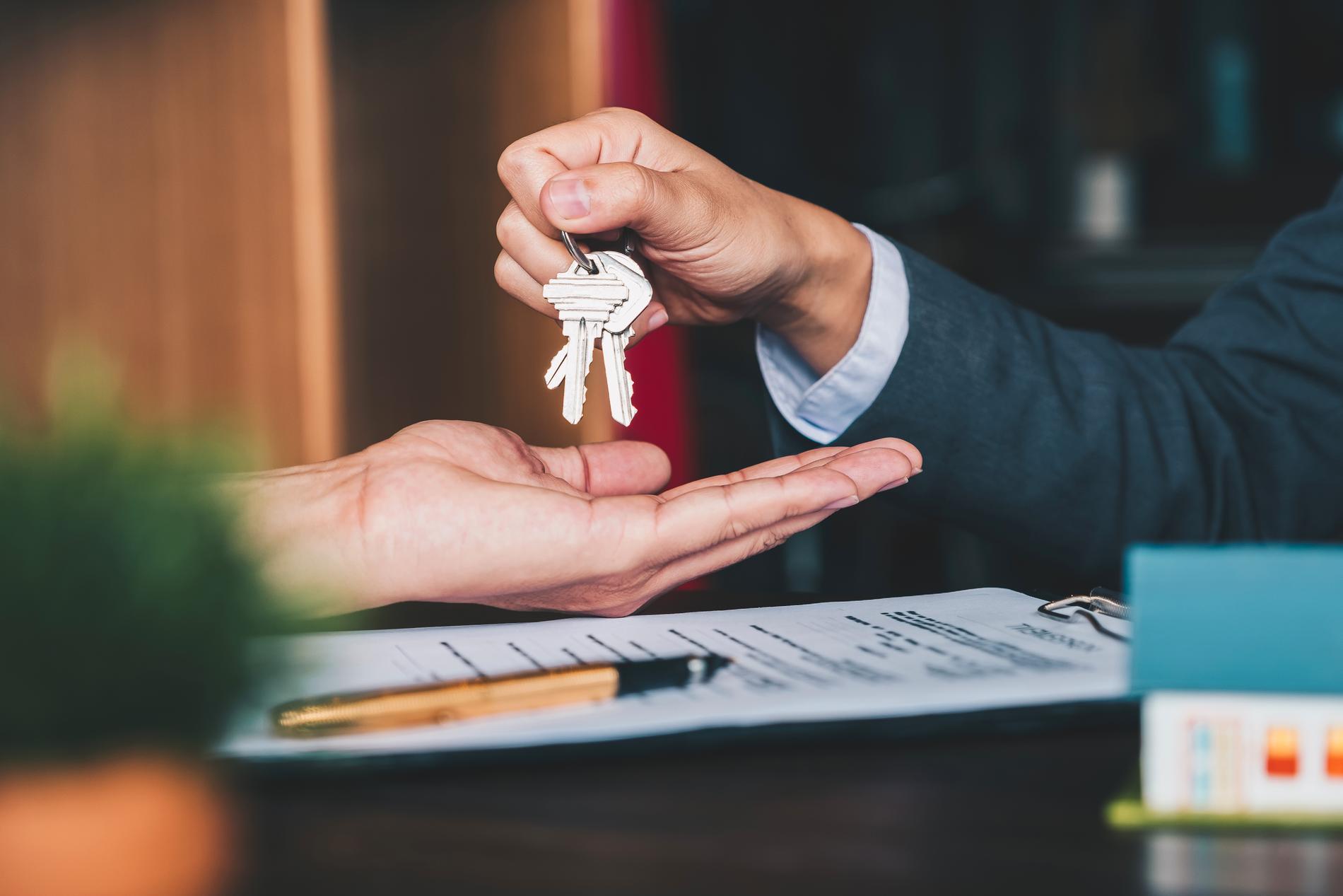 """""""För att detta inte ska bli vilken hyra som helst föreslås det att inflyttningshyran inte väsentligt får överstiga hyran för liknande lägenheter"""", föreslår utredaren Kazimir Åberg."""