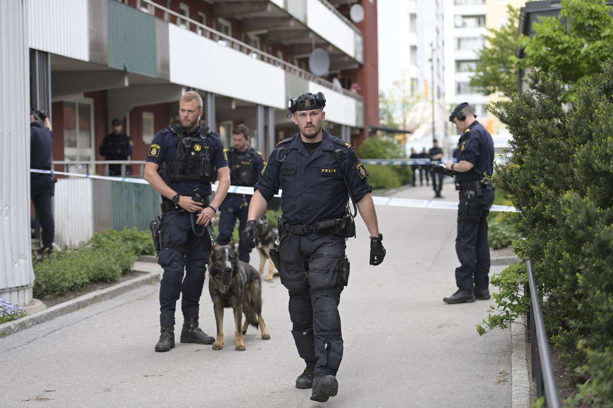 En man sköts till döds i Husby under måndagen.