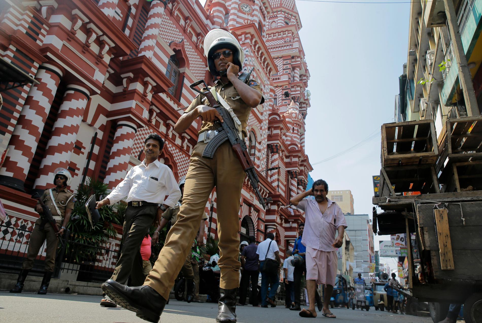 Lankesisk polis utanför en moské i Colombo.