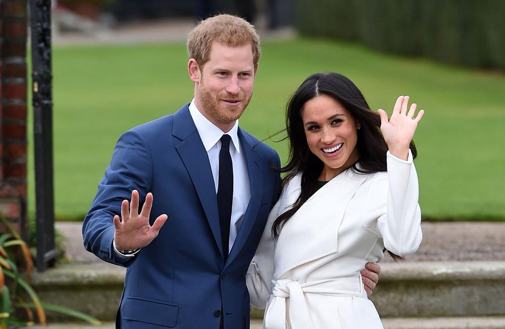 Prins Harry och Meghan vid förlovningen vid Kensington Palace 2017.
