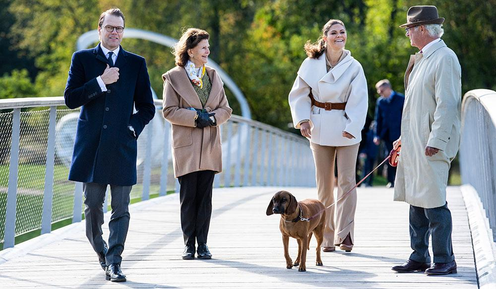 Kungahuset ändrar om i sin kalender och skjuter fram länsbesöken till 2021 på grund av de nya restriktionerna. Bilden är tagen under en konstpromenade på Kungliga Djurgården i september.
