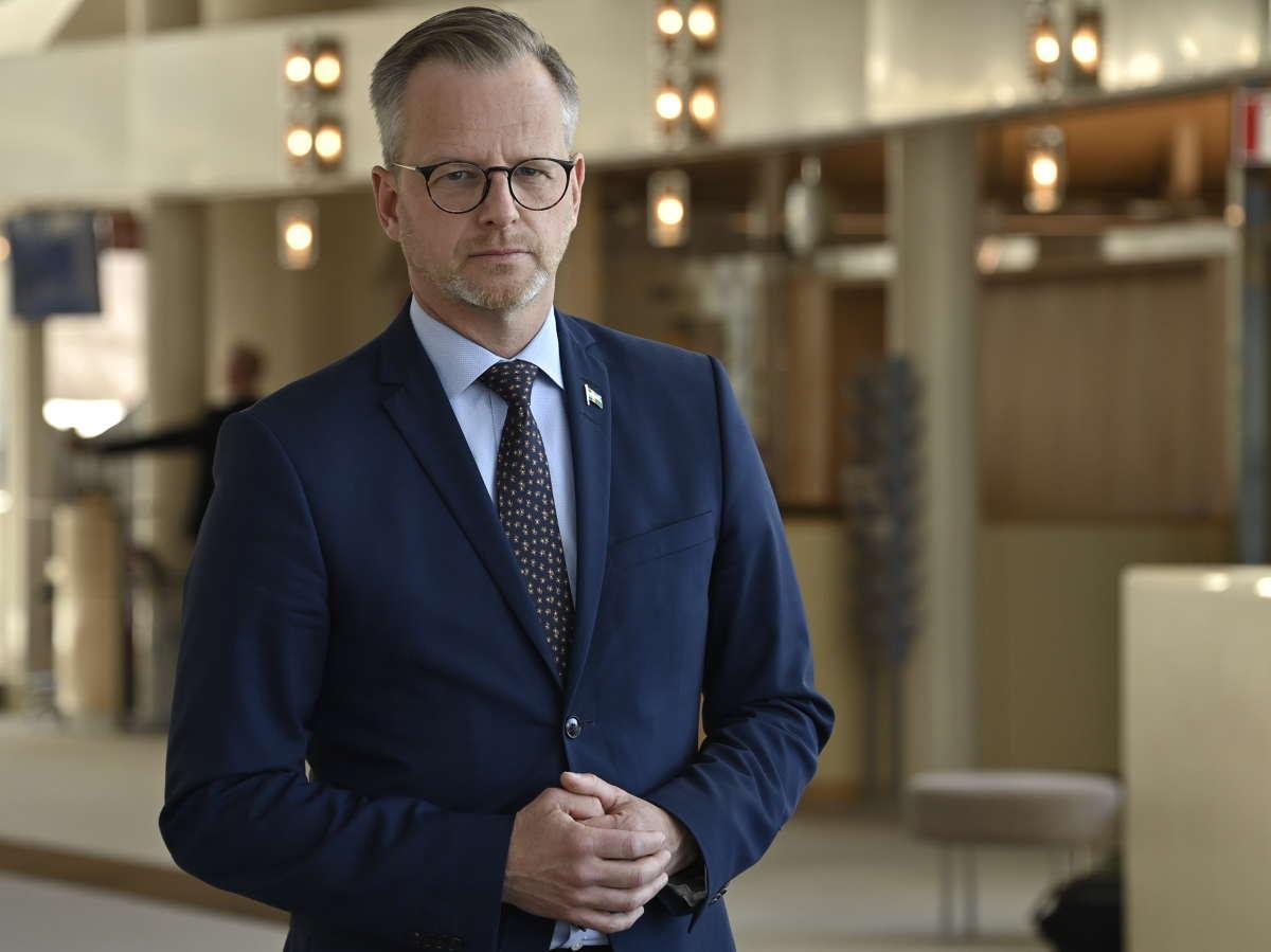 Mikael Dambergs (S) har gett löften om minskat våld  tack vare polisens kraftsamling.