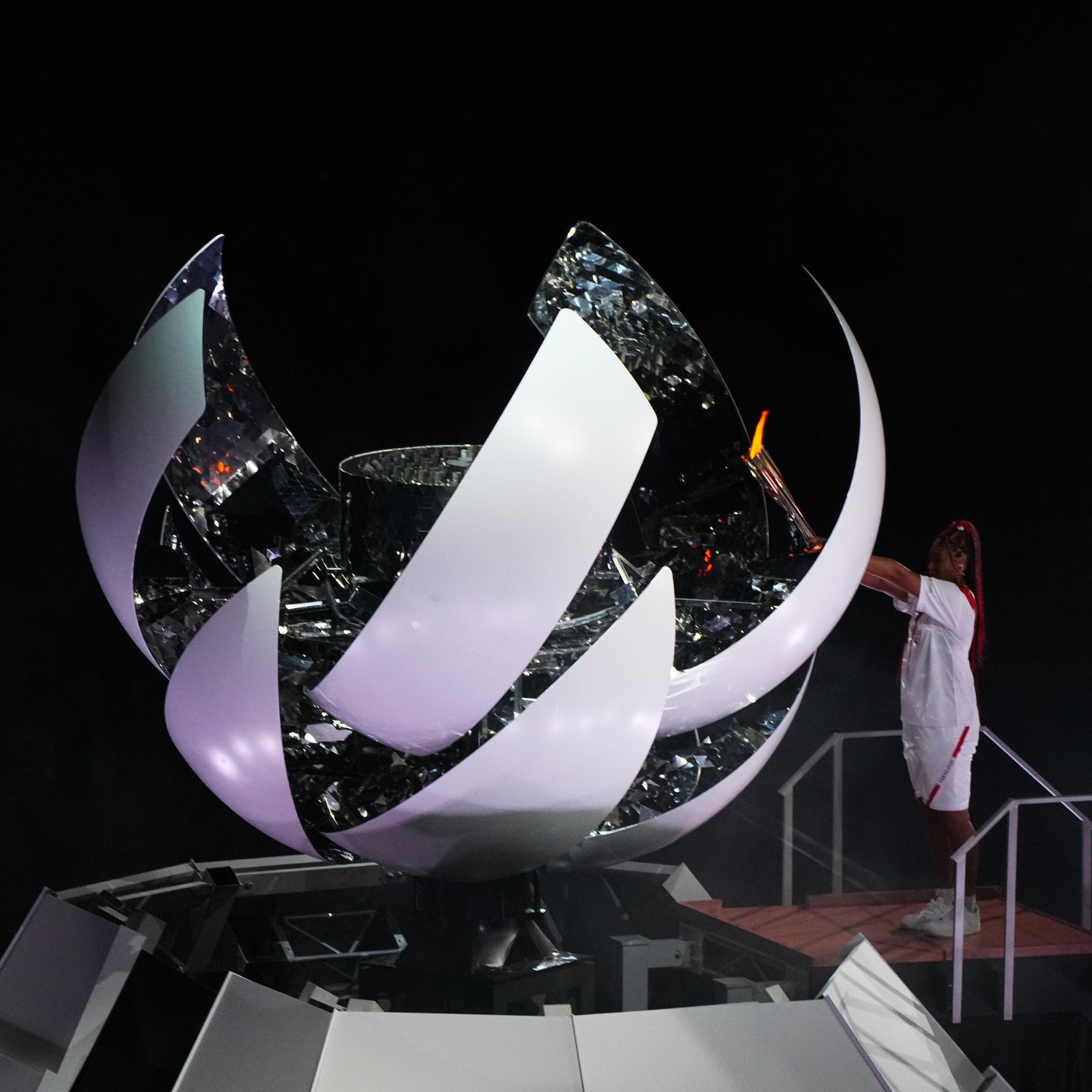 Tennisstjärnan Naomi Osaka fick tända OS-elden i Tokyo.