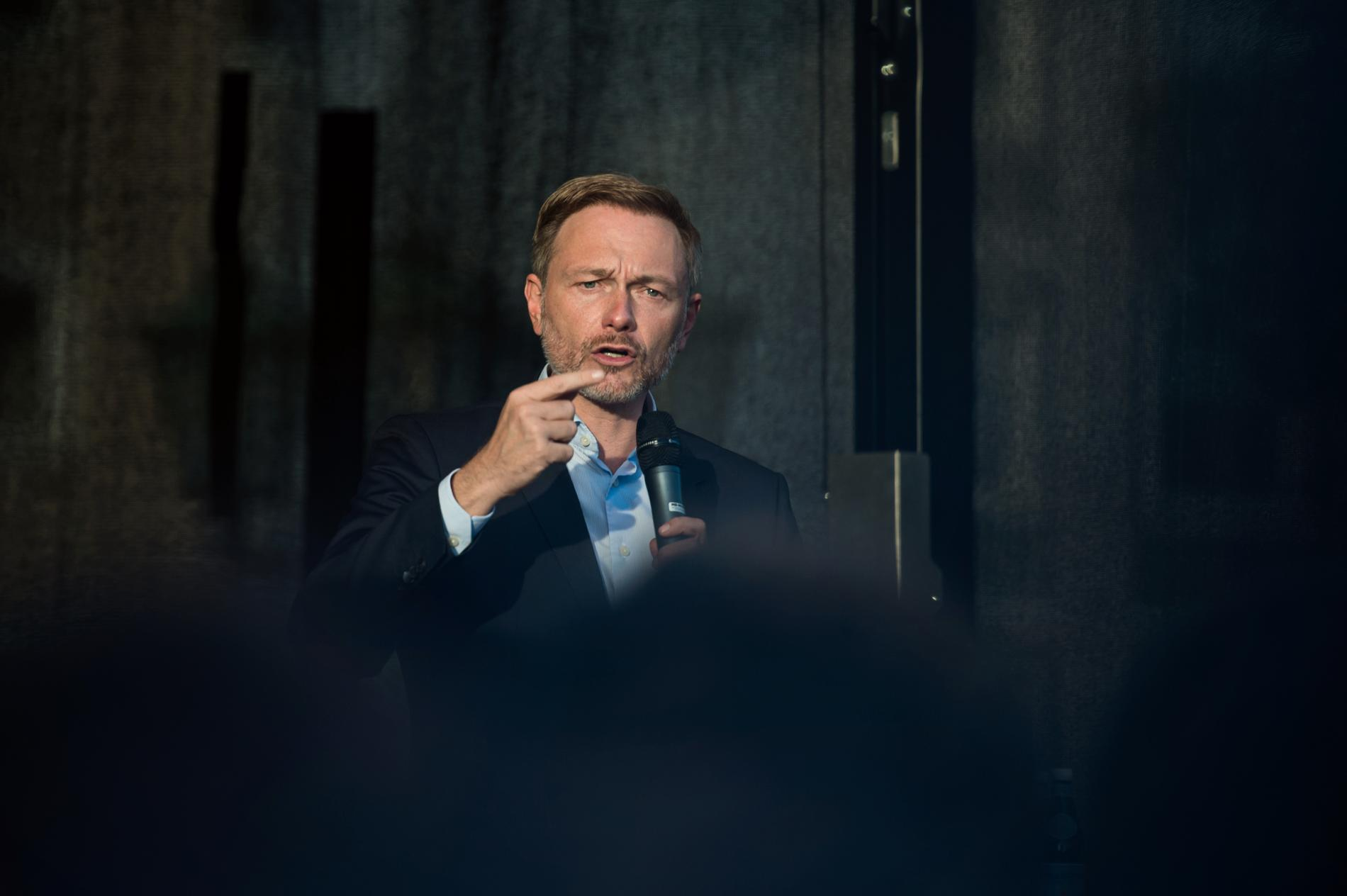 Christian Lindner, ledare för liberala FDP, är i praktiken dem som avgör vem som blir Angela Merkels efterträdare.