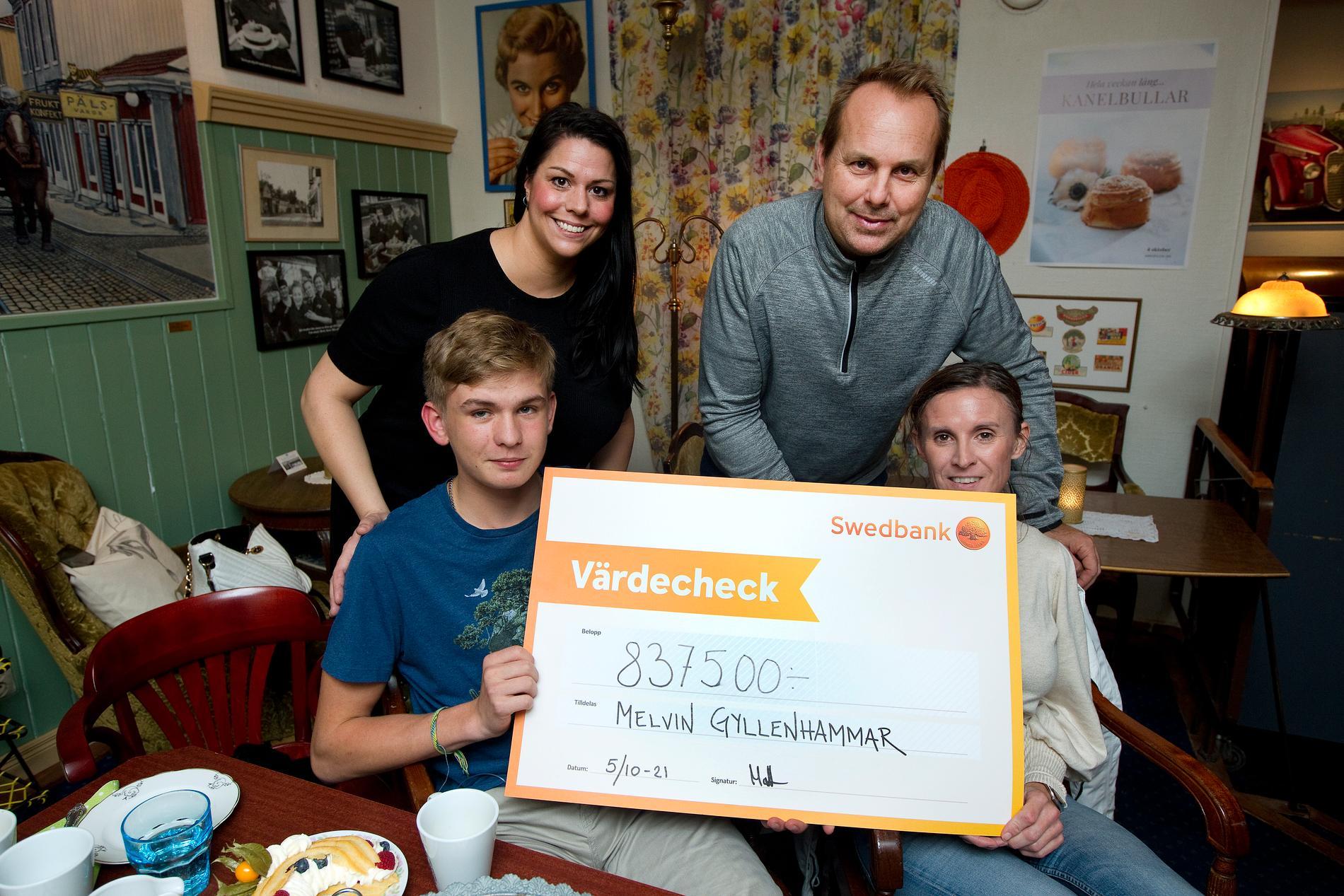 Jessica Nilsson Greco och Mattias Nygren delade ut en check till Melvin Gyllenhammar och hans mamma Caroline Gyllenhammar. De planerar att använda pengarna för att hjälpa andra.