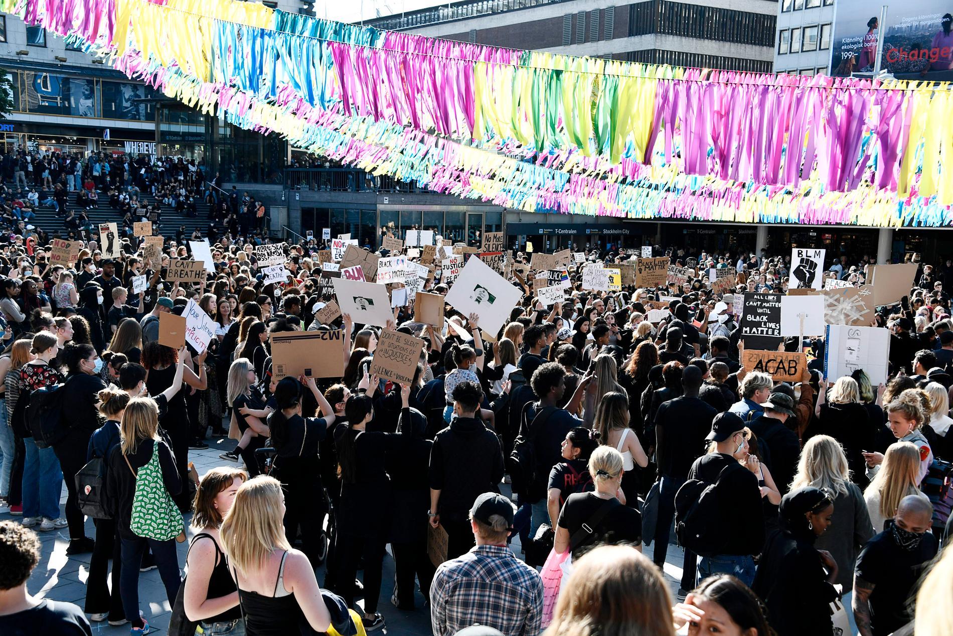 Demonstranterna har tillstånd mellan klockan 18 och 20.