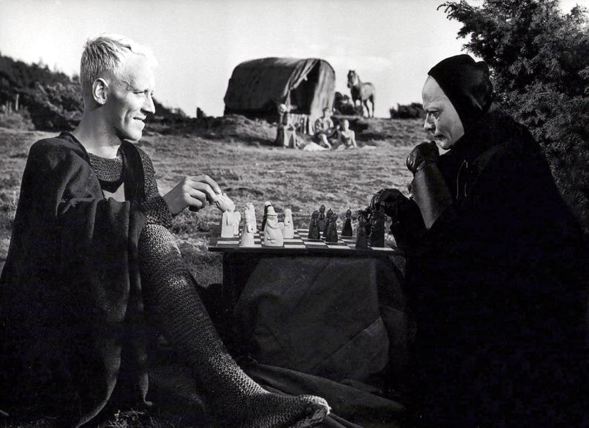 """Max von Sydow spelar schack mot Döden (Bengt Ekerot) i """"Det sjunde inseglet"""" från 1957."""