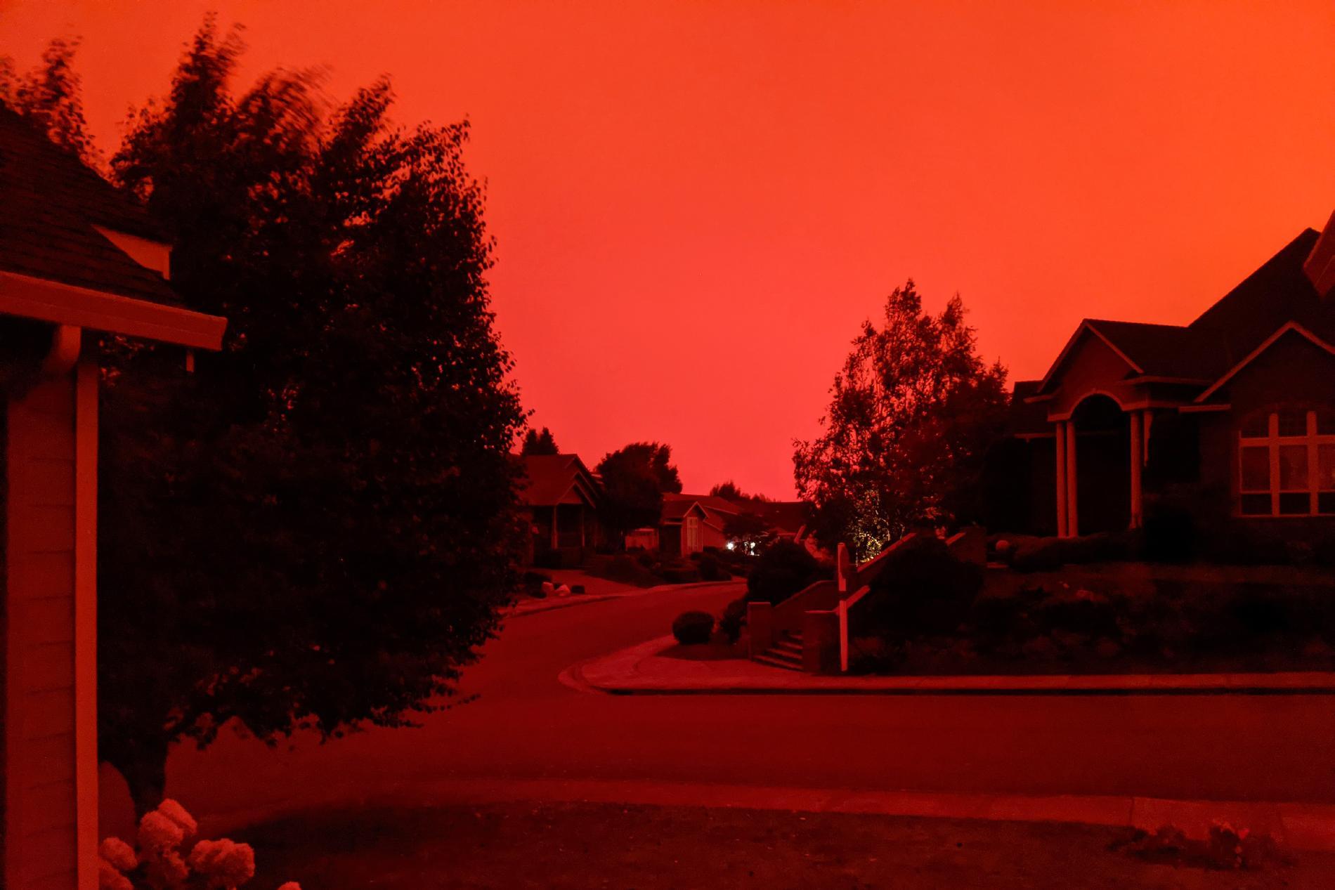 Himlen har färgats röd av bränderna.