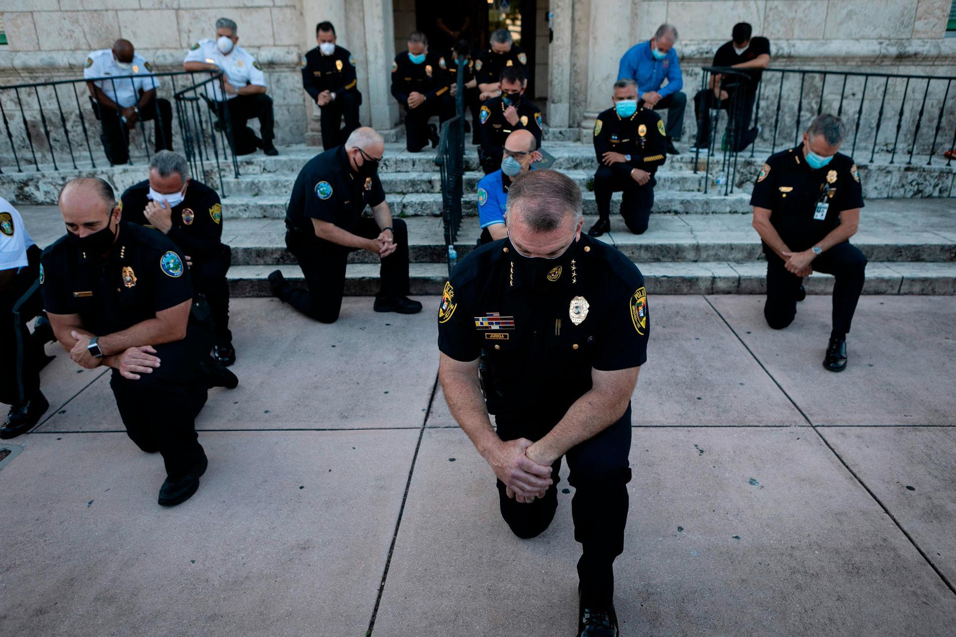 22 polischefer i Coral Gables, Florida, föll på knä.