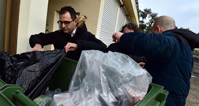 Ute på fältet. Arash Derambarsh granskar matsvinn utanför en butik i södra Frankrike tidigare i år.