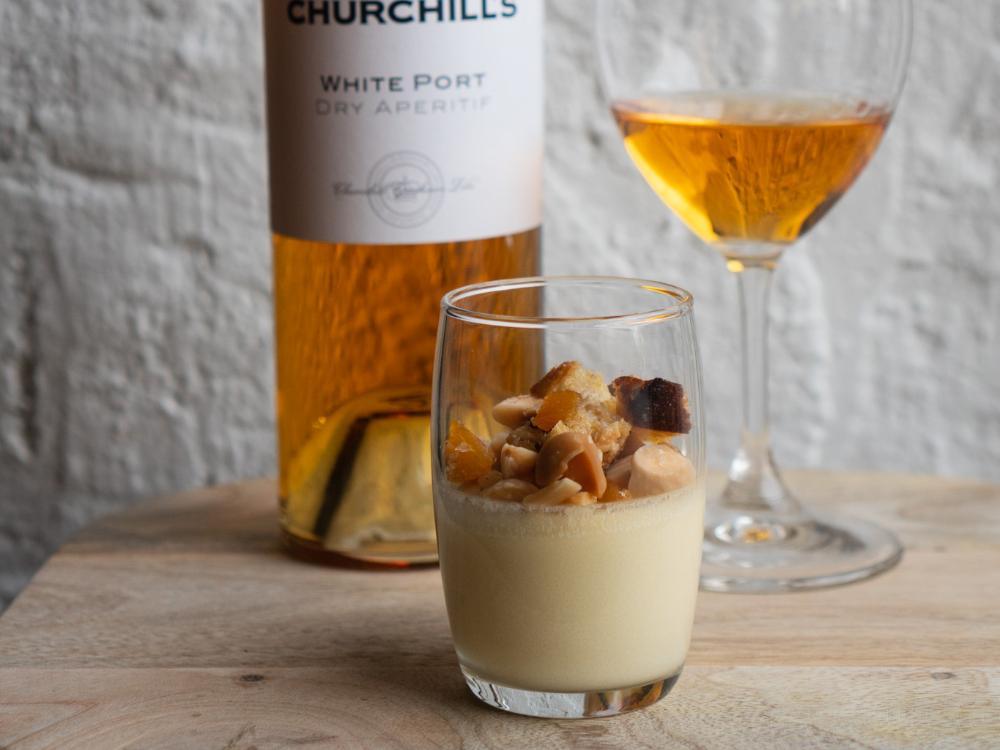 Dulceymousse med hasselnötssablé, kolasås och aprikos