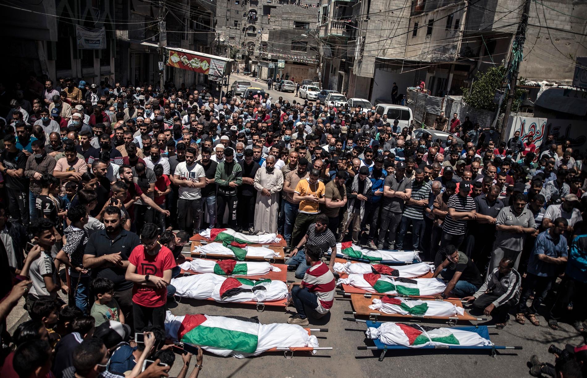 Begravning för två palestinska kvinnor och åtta palestinska barn i Gaza.