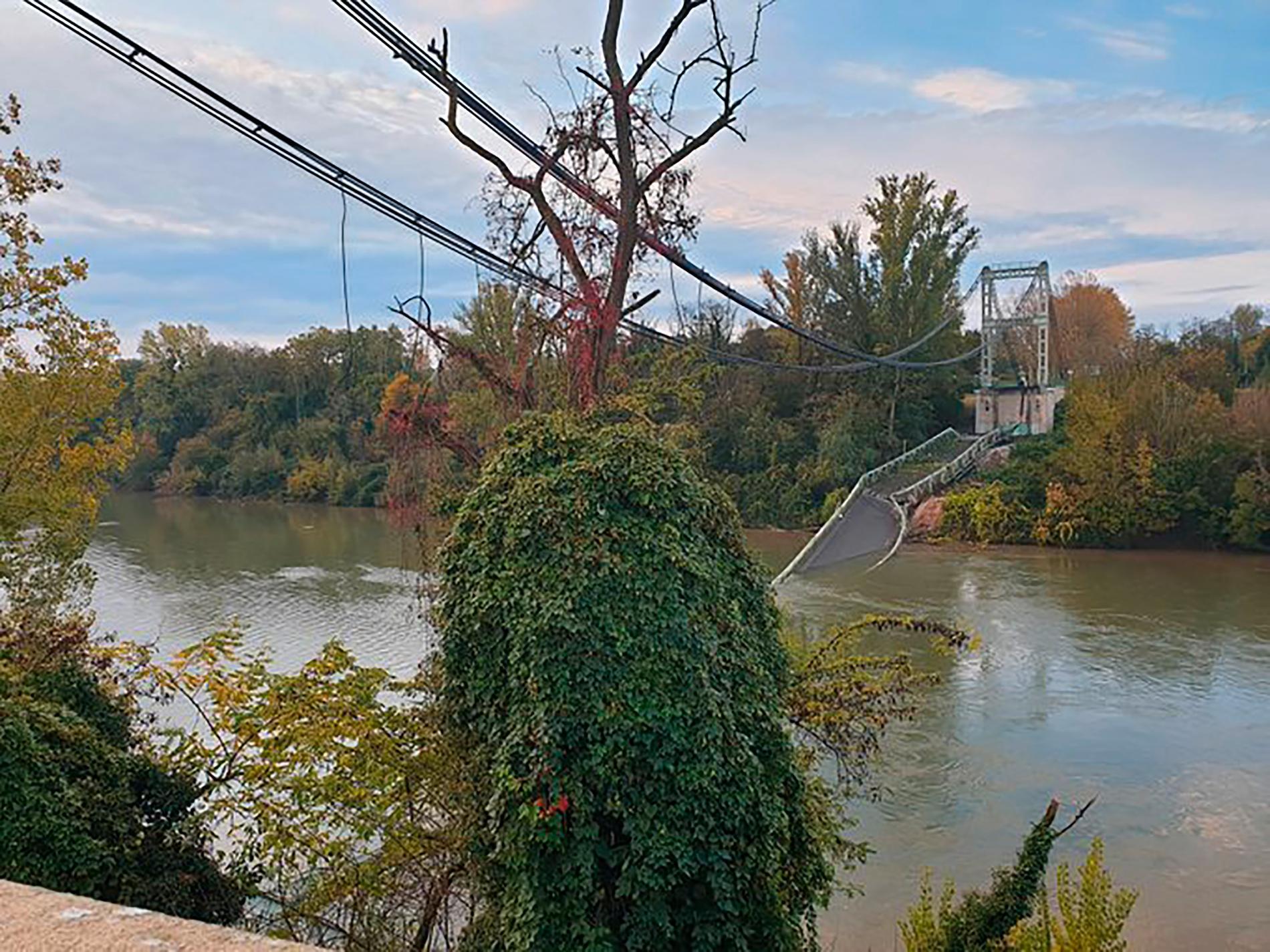 Två personer omkom när bron mellan Mirepoix-sur-Tarn och Bessières nära Toulouse kollapsade på måndagen.