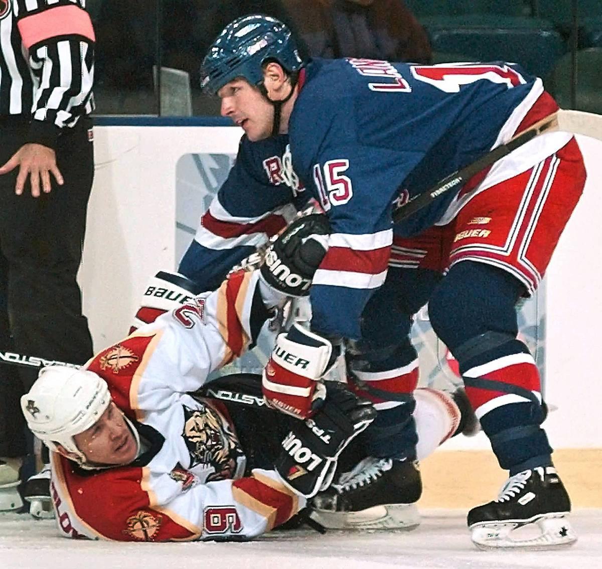 SMÄRTSAMT  Johan Garpenlöv får ta en smäll under en NHL-match när han spelade för Florida Panthers. I dag är Garpenlövs kropp sliten efter alla hockeyskador.