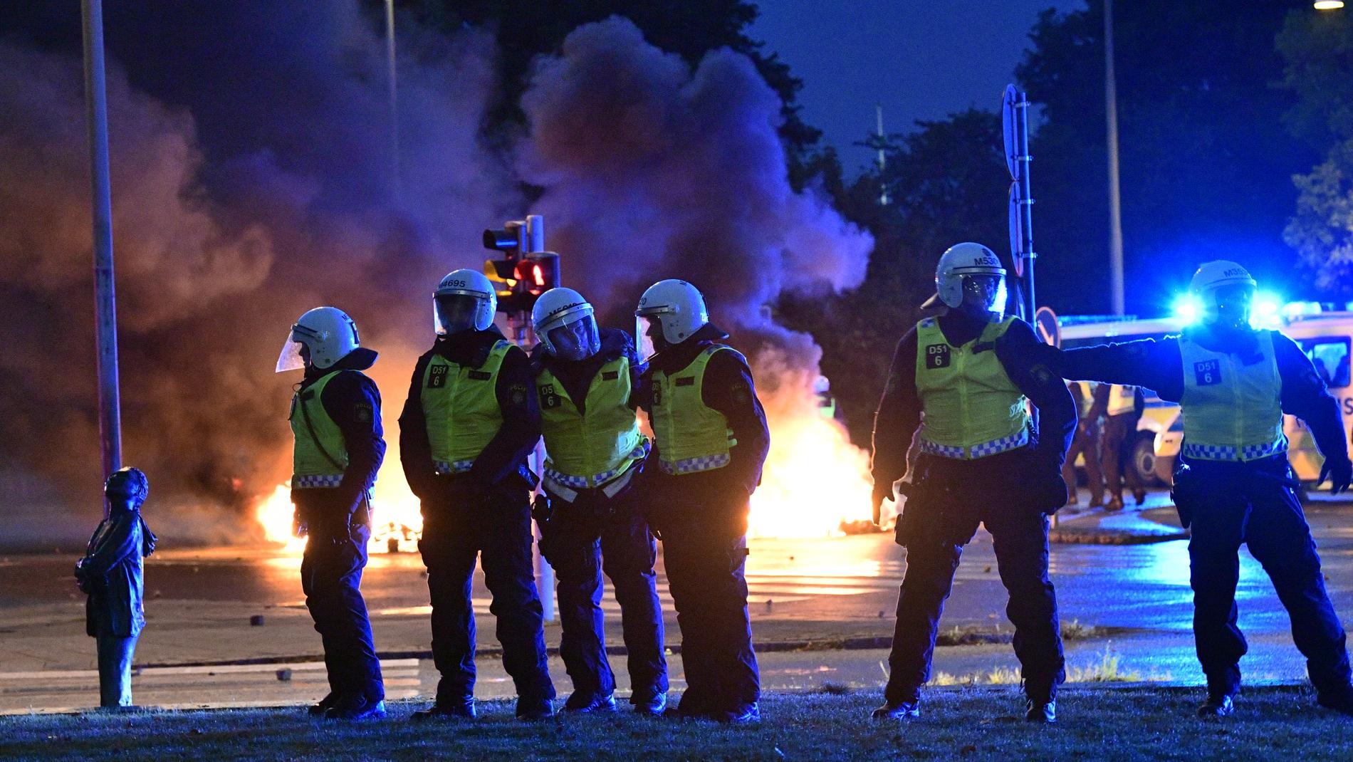 Polisen i Rosengård efter Koranbränningen för två veckor sedan.