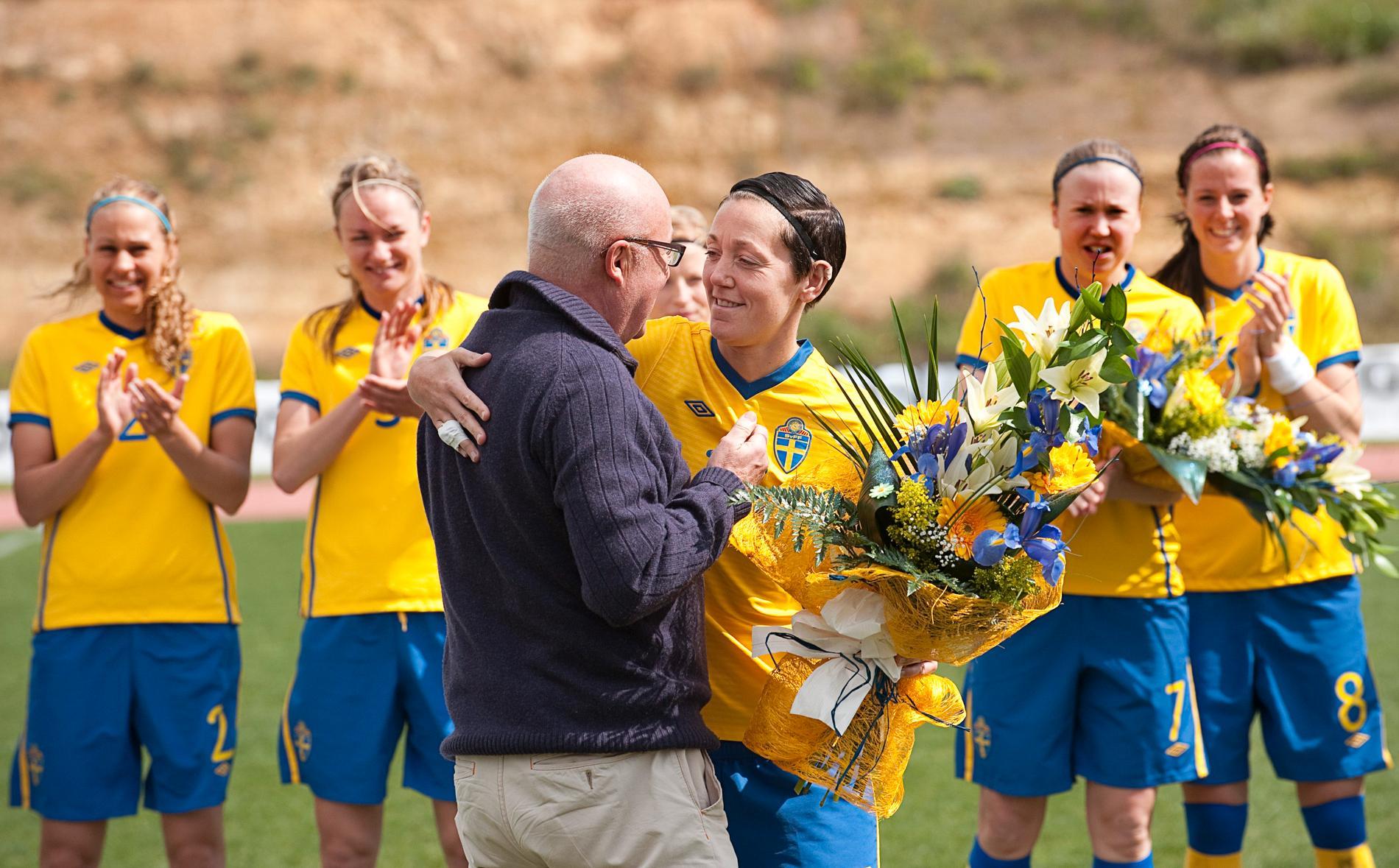 Lars-Åke Lagrell kramar om Therese Sjögran efter att hon blivit svensk fotbolls mesta landslagsspelare 2011.