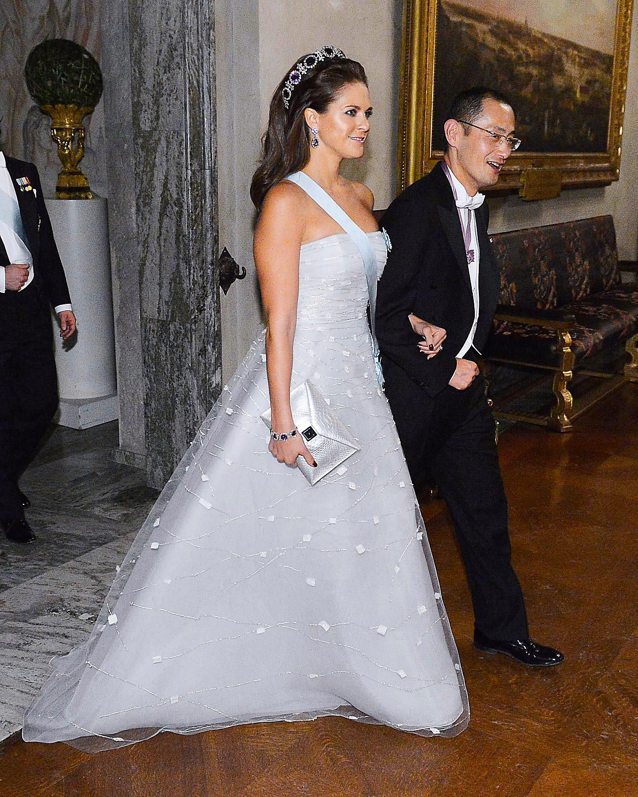 2012.Madeleine i en ärmlös klänning från New York-baserade designern Angel Sanchez. En designer känd för att sy brudklänningar.