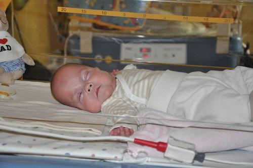 ÖVERLEVARE  Lilla Frieda föddes redan i vecka 21 och klarade sig mot alla odds. Nu har hon fått lämna sjukhuset.