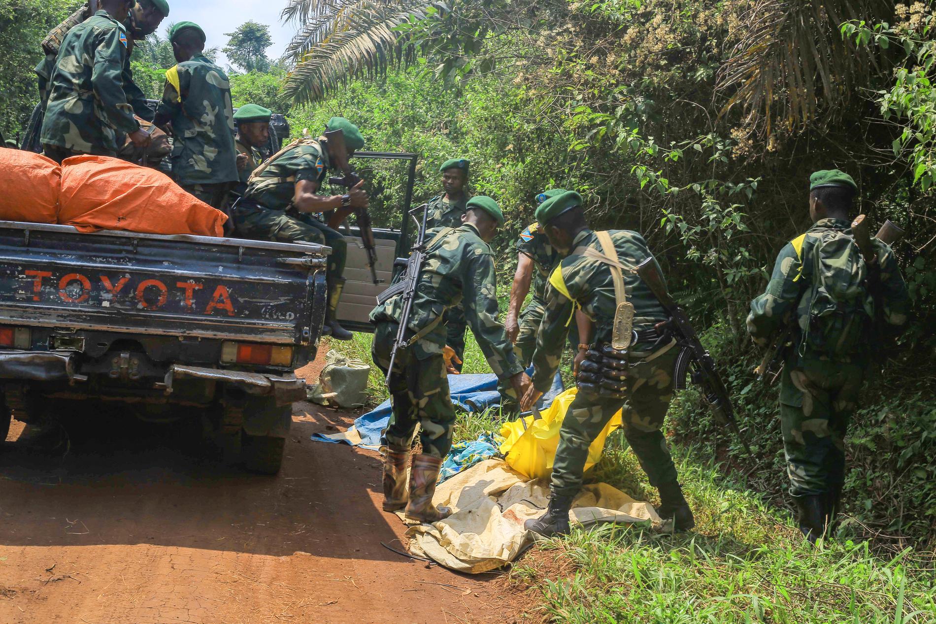 Armén tar hand om lik efter ett angrepp som ADF misstänks för i Oicha i östra Kongo-Kinshasa den 23 juli.