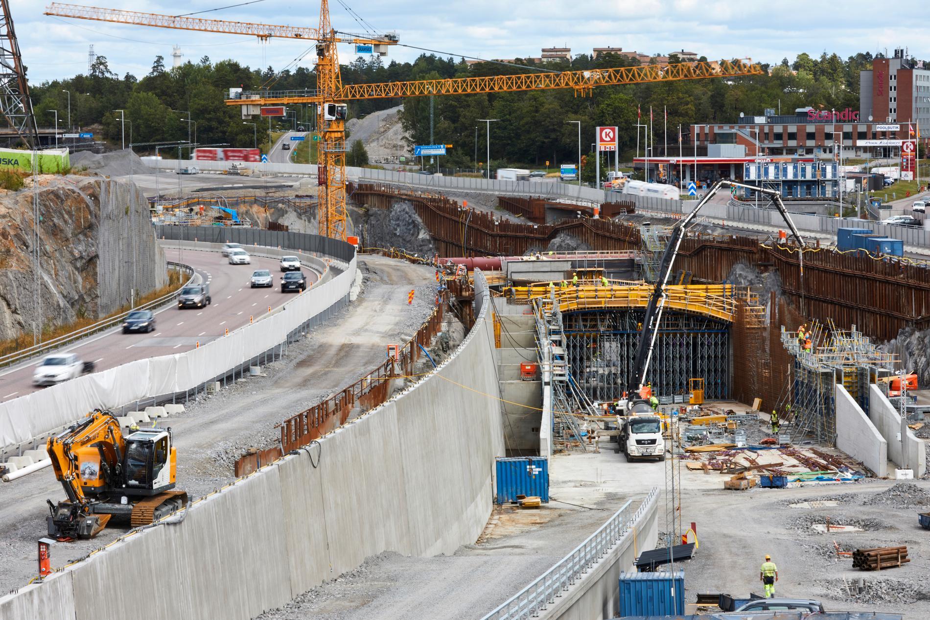 Bygget av projektet Förbifart Stockholm blir försenat. Bilden är från en del av projektet, utanför Kungens kurva.