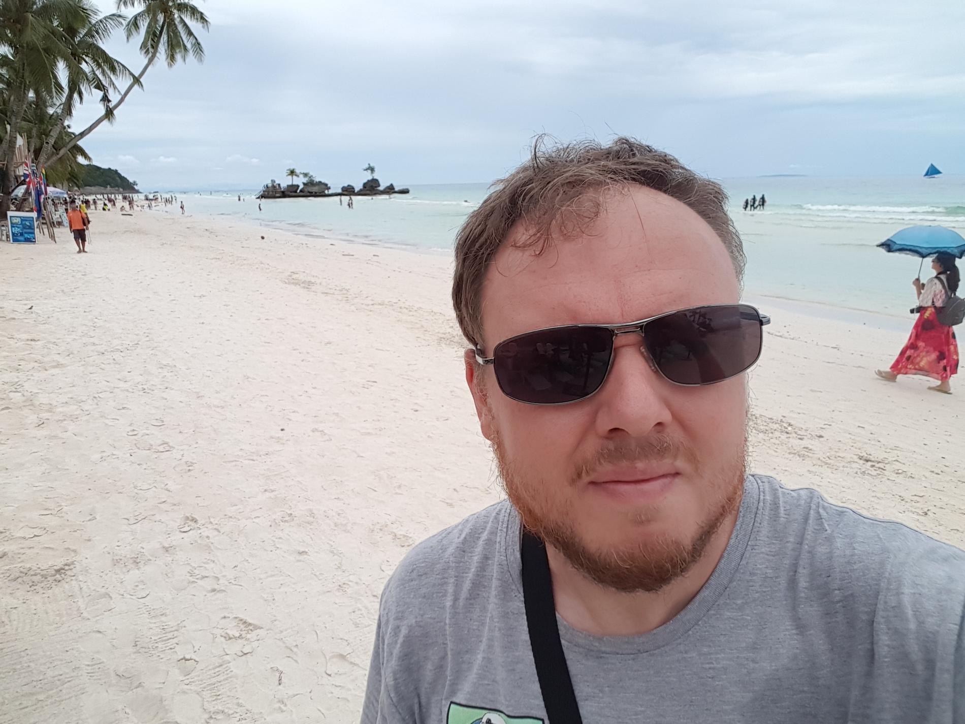 Jon Baltmo gillar att besöka både Manila och paradisöarna.