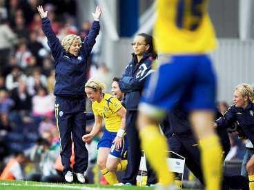 GASTKRAMANDE Efter en stark offensiv för England blev jublet stort när den schweiziska domaren blåste av matchen. Med bara två målgjorda i gruppspelet blev Sverige klar för semifinal.