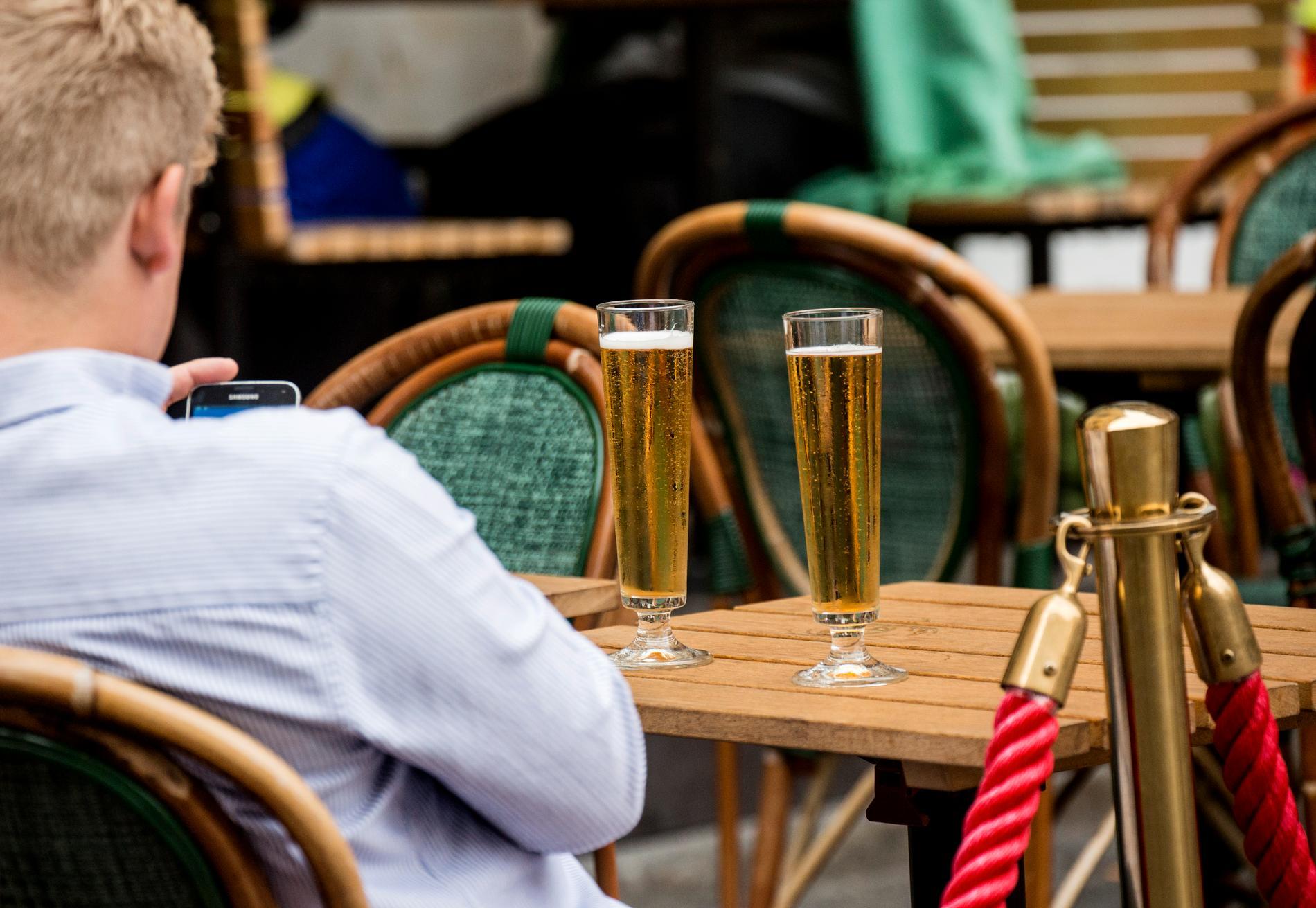 Restaurangbesök ses som en riskfaktor när människor börjar utmana restriktionerna.