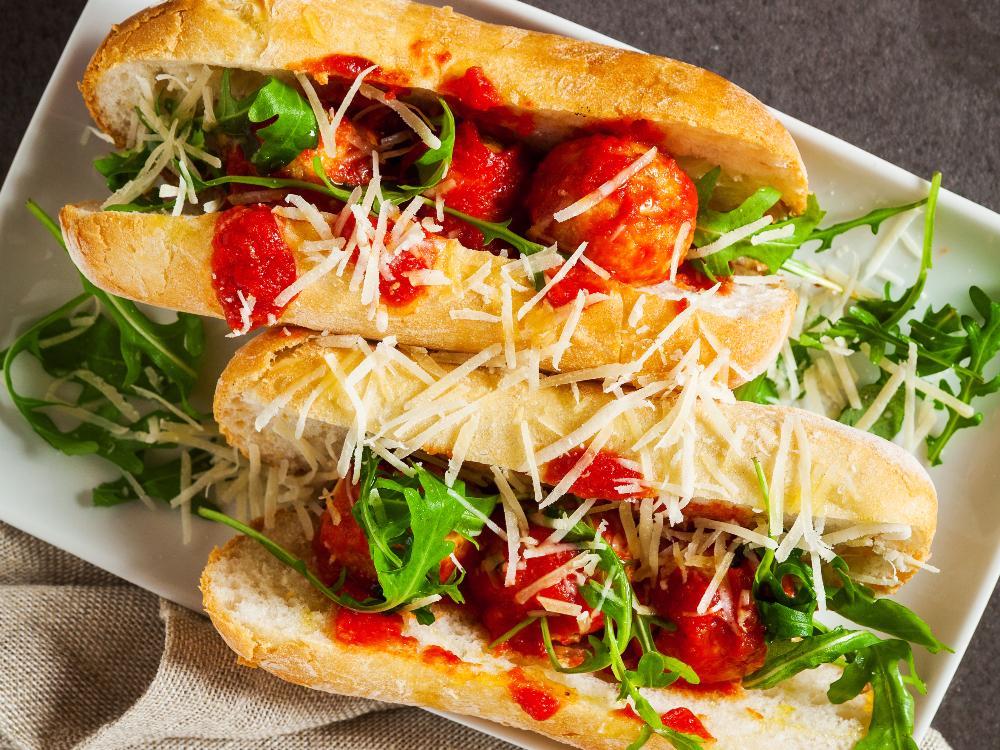 Fyll korvbröden med smaskiga ricottabollar och en fyllig tomatsås.