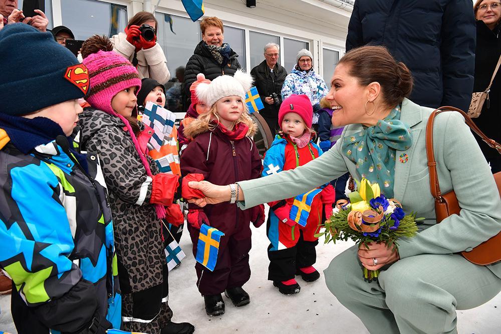 Kronprinsessan Victoria och prins Daniel besökte Älvstranden i Pello. Älvstranden inhyser äldreboende, förskola, digital hälsocentral och restaurang i samma byggnad.