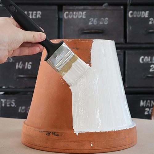 Grundmåla dina krukor och låt torka.