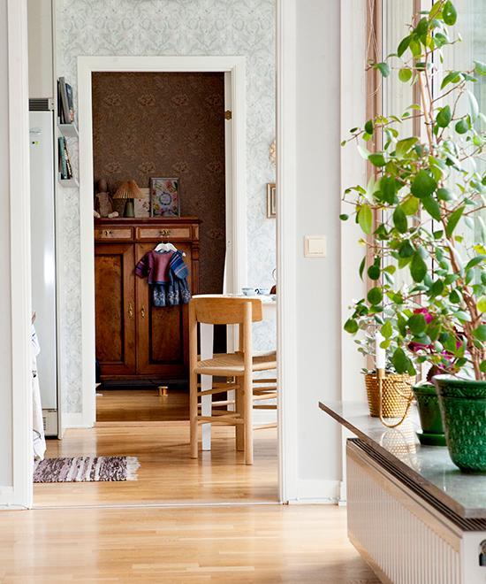 Lägenheten har rum i fil. Tapeten i köket heter Thistle från Boråstapeter. Tapeten i Ellys sovrum heter Chrysanthemum toile av William Morris. Stolar J39 av Børge Mogensen.