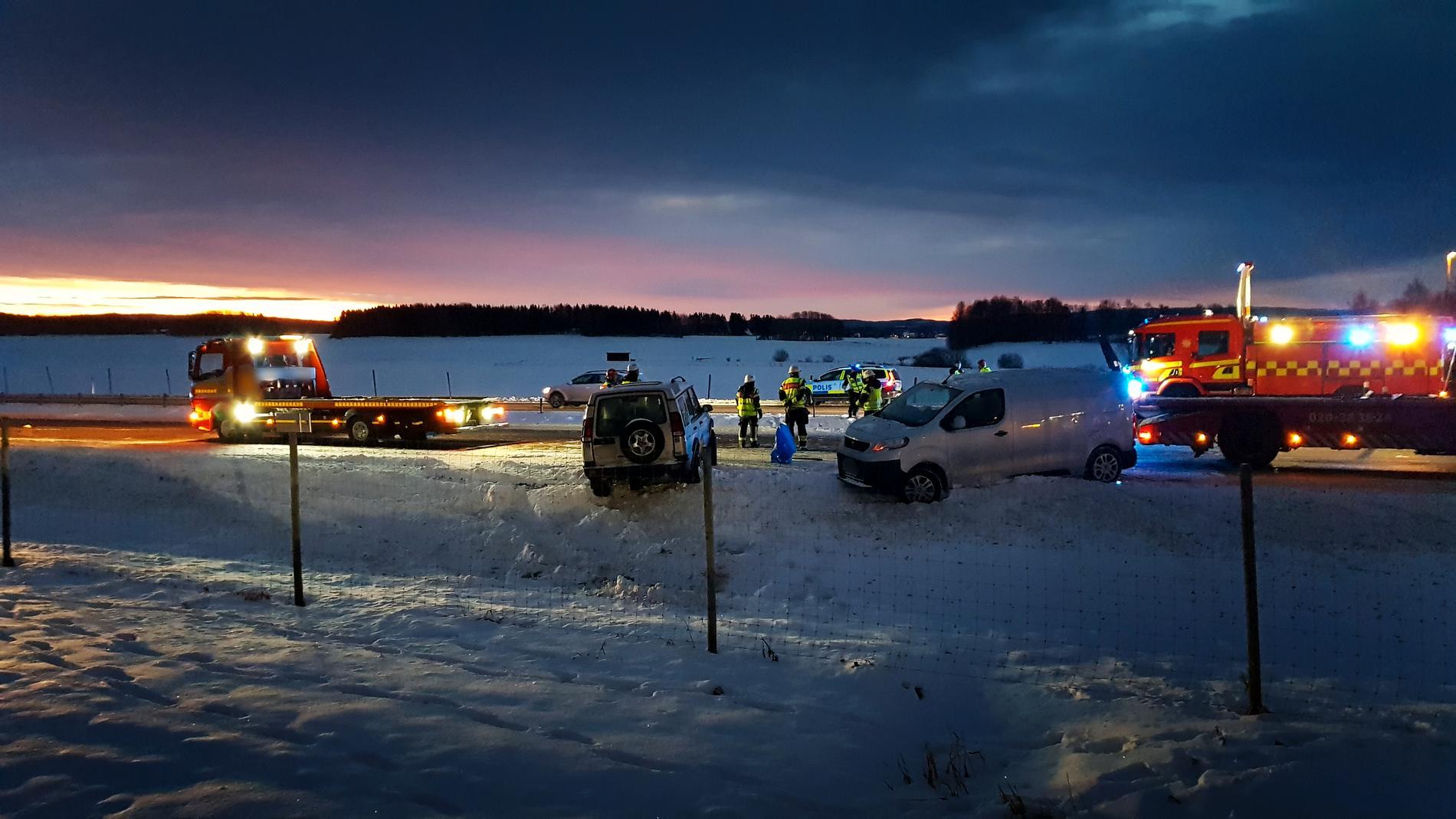 En man har blivit påkörd under ett bärgningsarbete på E16 i Borlänge.