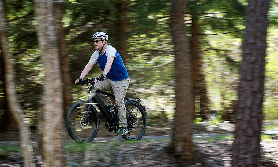 Att cykla i naturen kan skada marken, så undvik mossar och kärrmarker exempelvis.