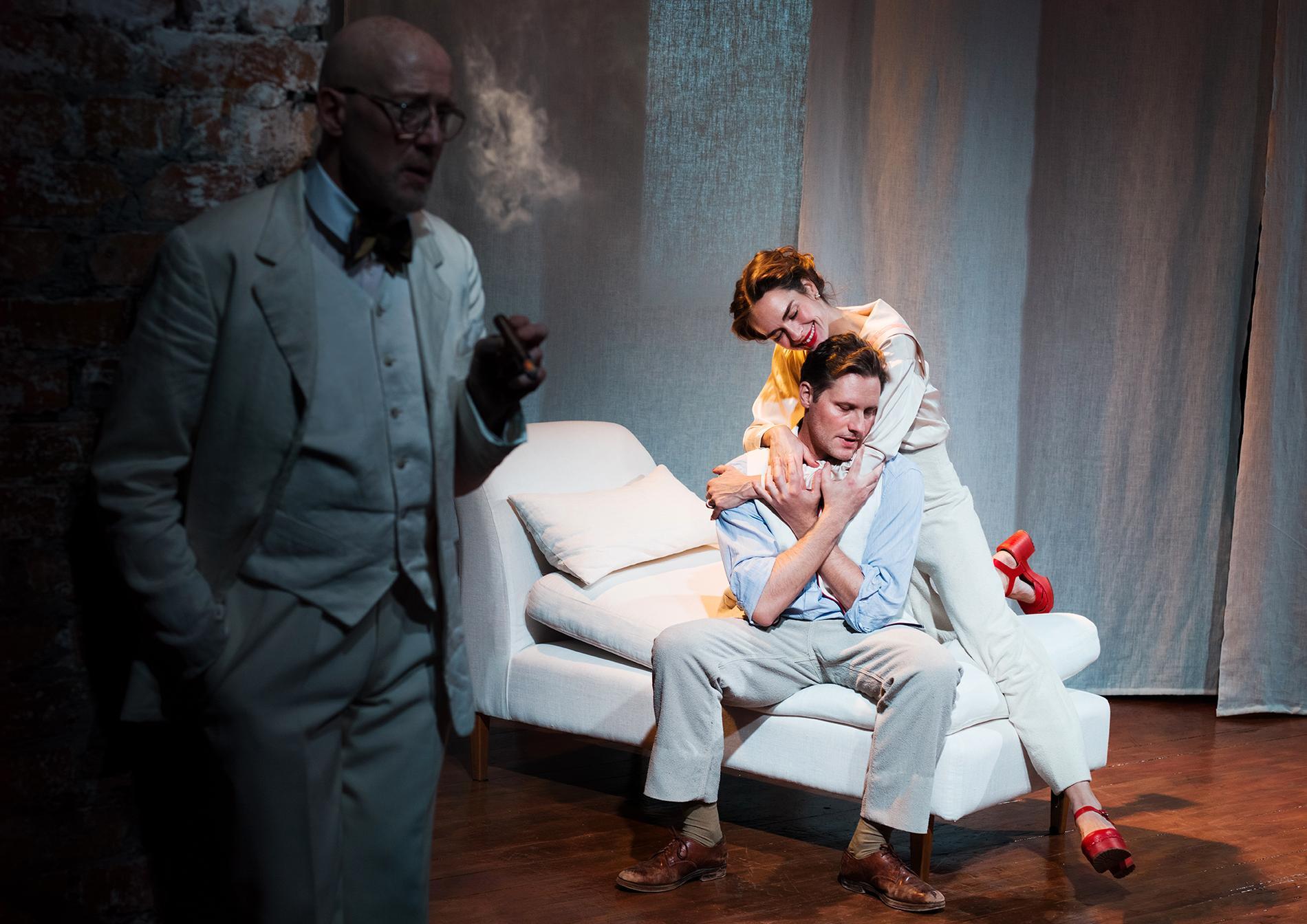 Carl Magnus Dellow, Lina Englund och Anders Berg i Johan Wahlströms uppsättning av August Strindbergs Fordringsägare på Teater Galeasen