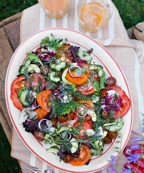 Dilldressad tomatsallad med rödlök och gurka.