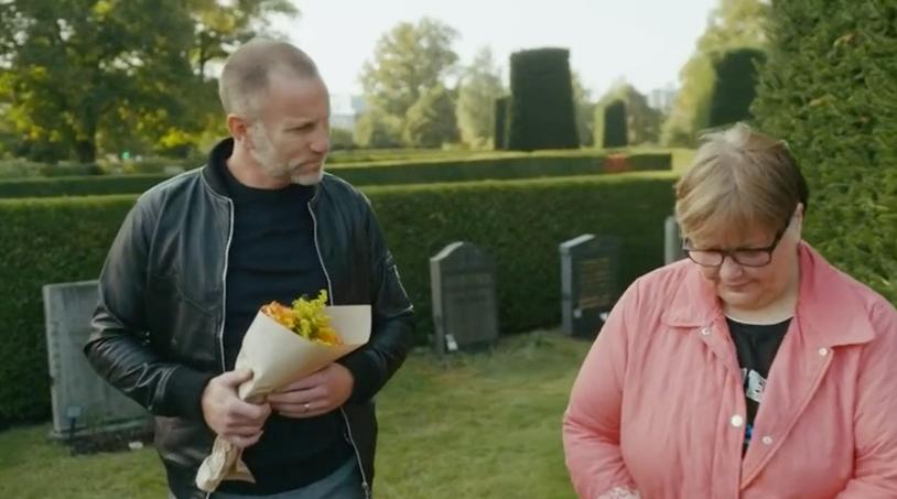 Peter Jihde och Katarina vid graven.