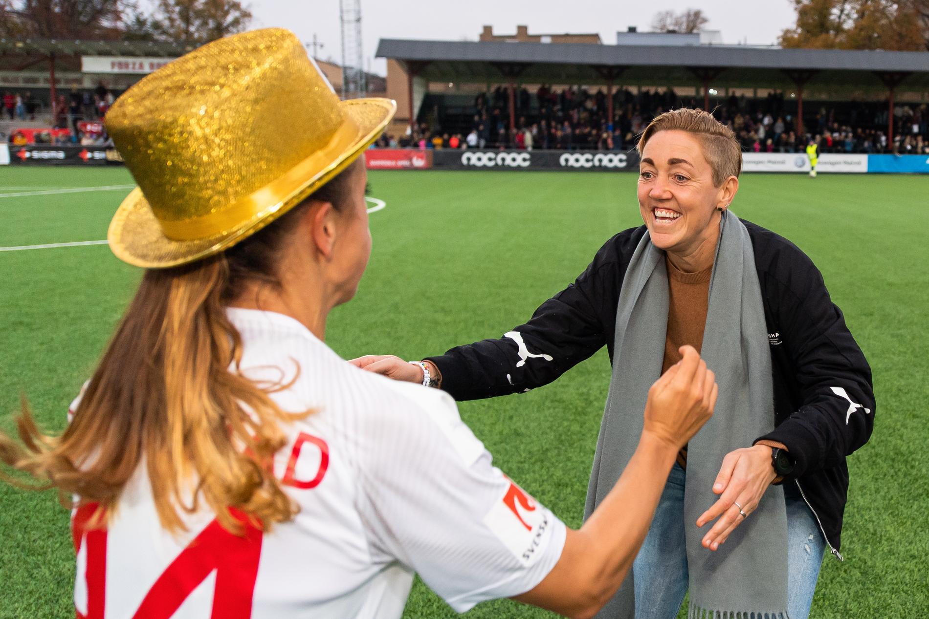 Rosengårds sportchef Therese Sjögran firar guldet ihop med Malin Levenstad.