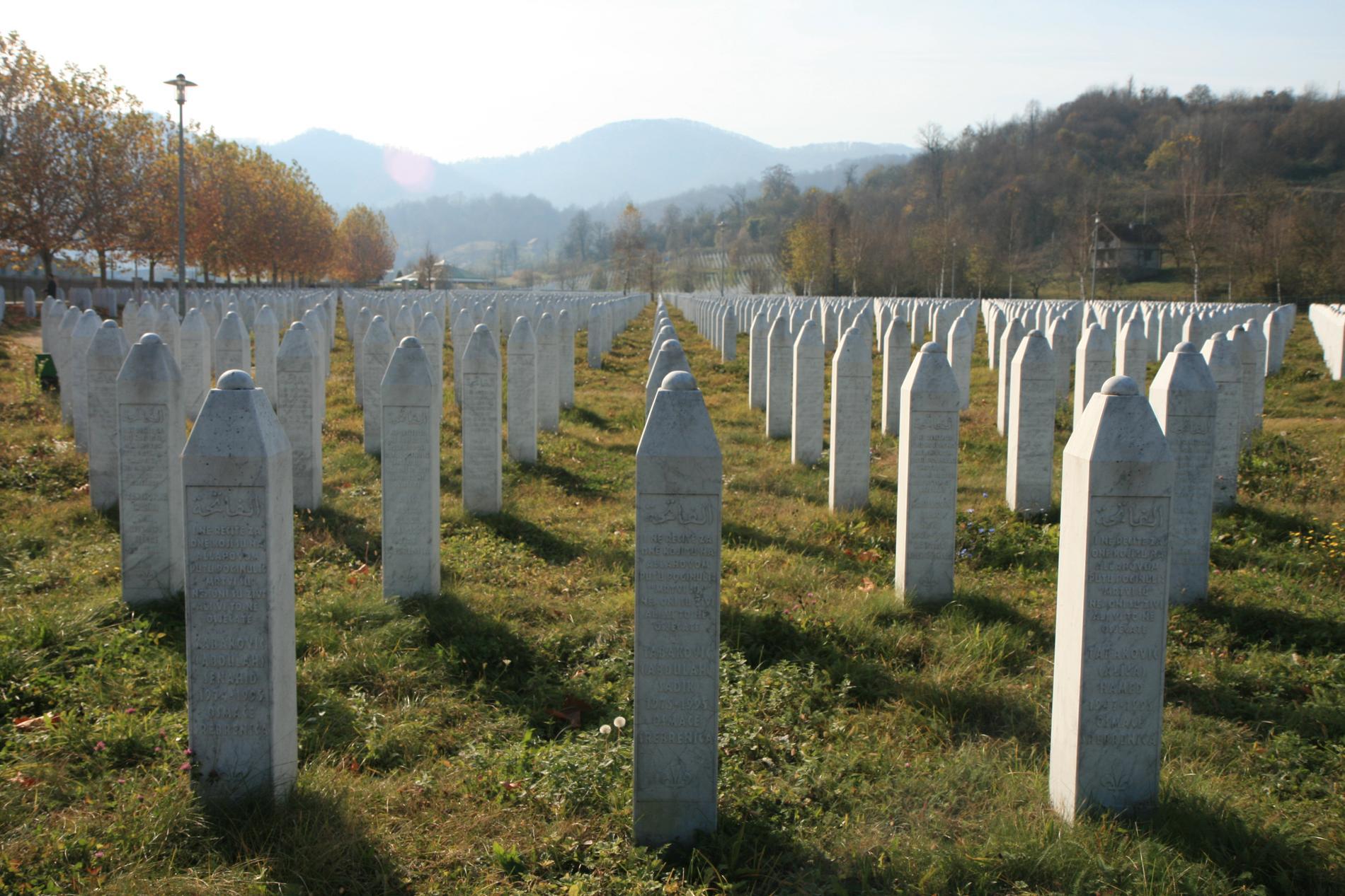 I Potocari strax utanför Srebrenica vilar offren för den värsta förbrytelsen i Europa sedan andra världskriget. Folkmordet 1995 på bosniaker, bosniska muslimer, var ett led i den bosnienserbiska arméns etniska rensning.