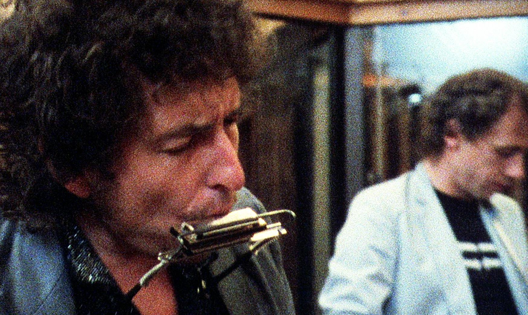 """Bob Dylan i studion under """"Infidels""""-sessionerna våren 1983. Medproducenten Mark Knopfler till höger."""