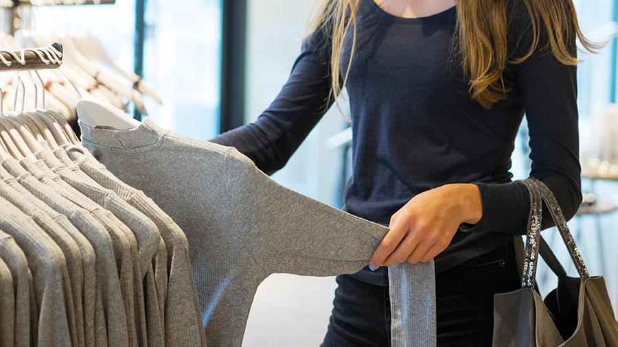 Kläd- och skoskatten saknar i sin nuvarande utformning förutsättningar att uppnå syftet att minska förekomsten av hälsofarliga ämnen, skriver debattörerna.
