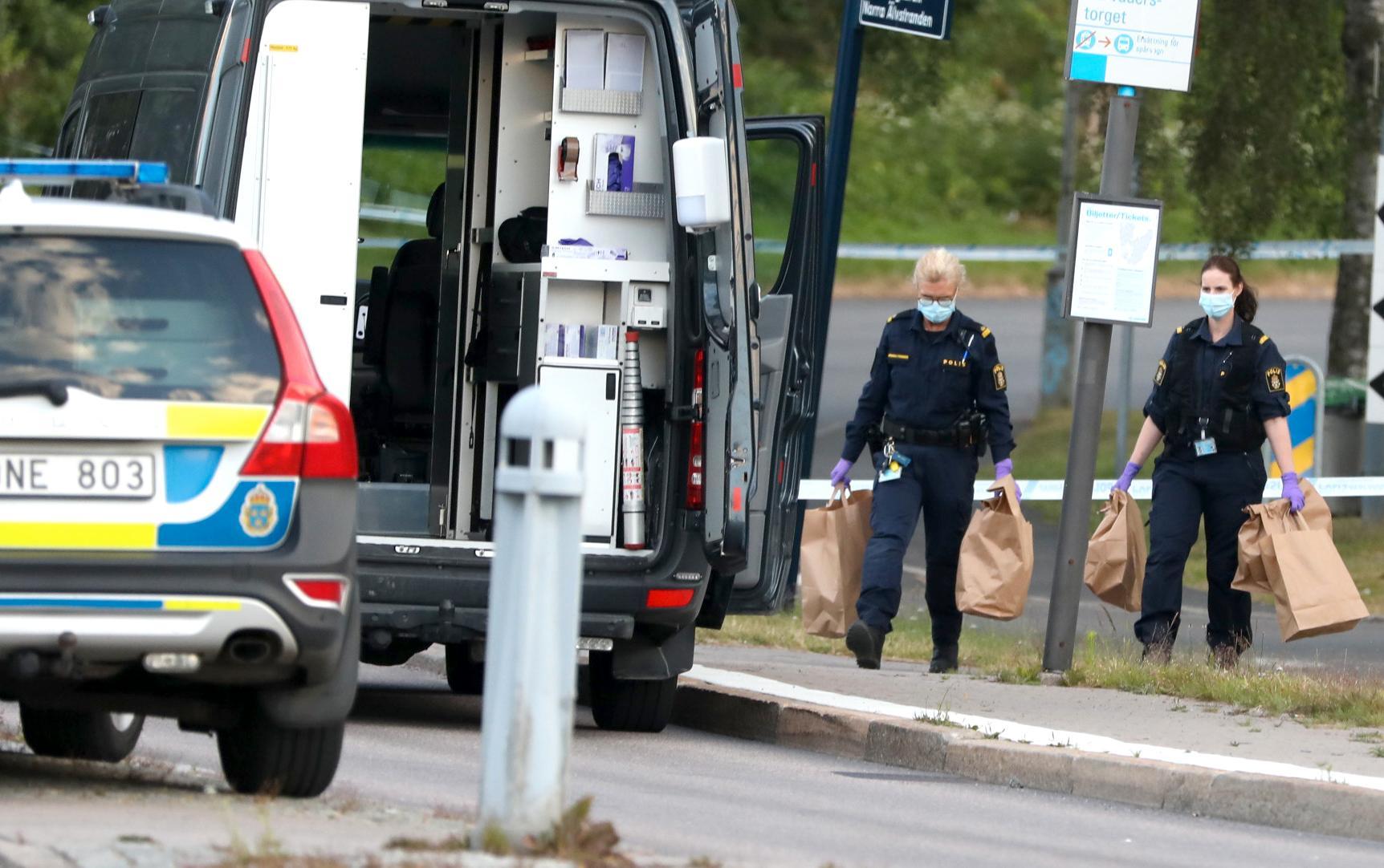 Polistekniker samlar in bevismaterial efter att en polis har blivit skjuten på Hisingen i Göteborg