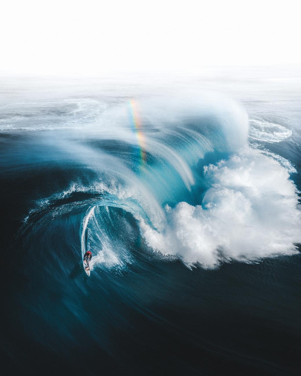"""""""Jag hittade guld i slutet av denna regnbåge när surfaren, Ollie Henry, flyr från en monstervåg utanför kusten i sydvästra västra Australien."""""""