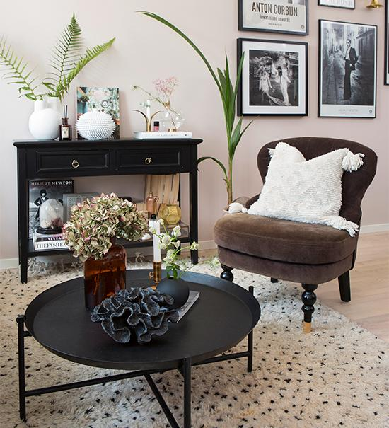 Det svarta brickbordet från Ikea tar ingen plats men rymmer mycket, bland annat en svart keramikkorall från Eightmoods outlet. Fåtöljen från Åhléns var från början svart men har genom åren blivit vackert solblekt. Prickig ullmata från Carpet vista. Svart sideboard från Åhléns har hängt med Joy i flera år. Ovanpå bildar olika vackra ting – allt från böcker till vaser och burkar, ett vackert blickfång. Burk med taggar från Jotex.