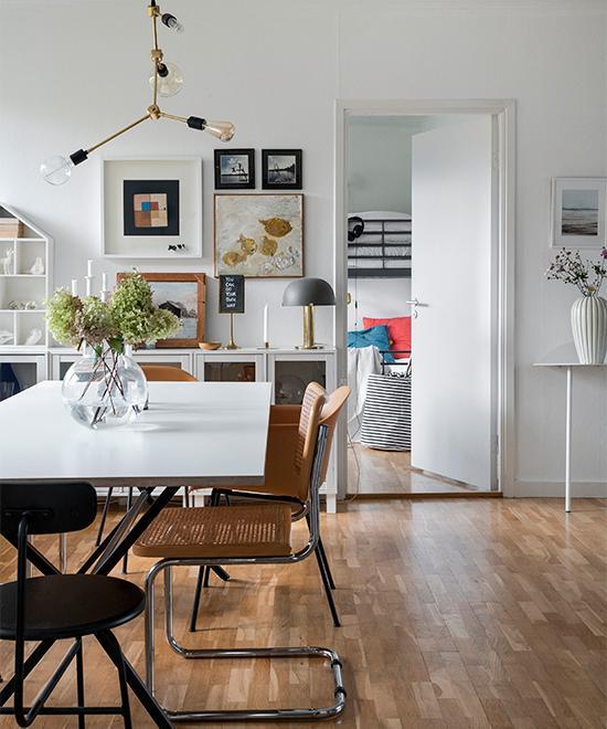 Matsalsbordet från Decotique är köpt på Rum 21. Omaka stolar gör sällskap runt bordet, bland annat svarta stolar med tre ben, Afteroom från Menu, och karmstolar Fiber tube från Muuto. Övriga stolar är fyndade på loppis. Över bordet hänger en pendelarmatur från Menu.