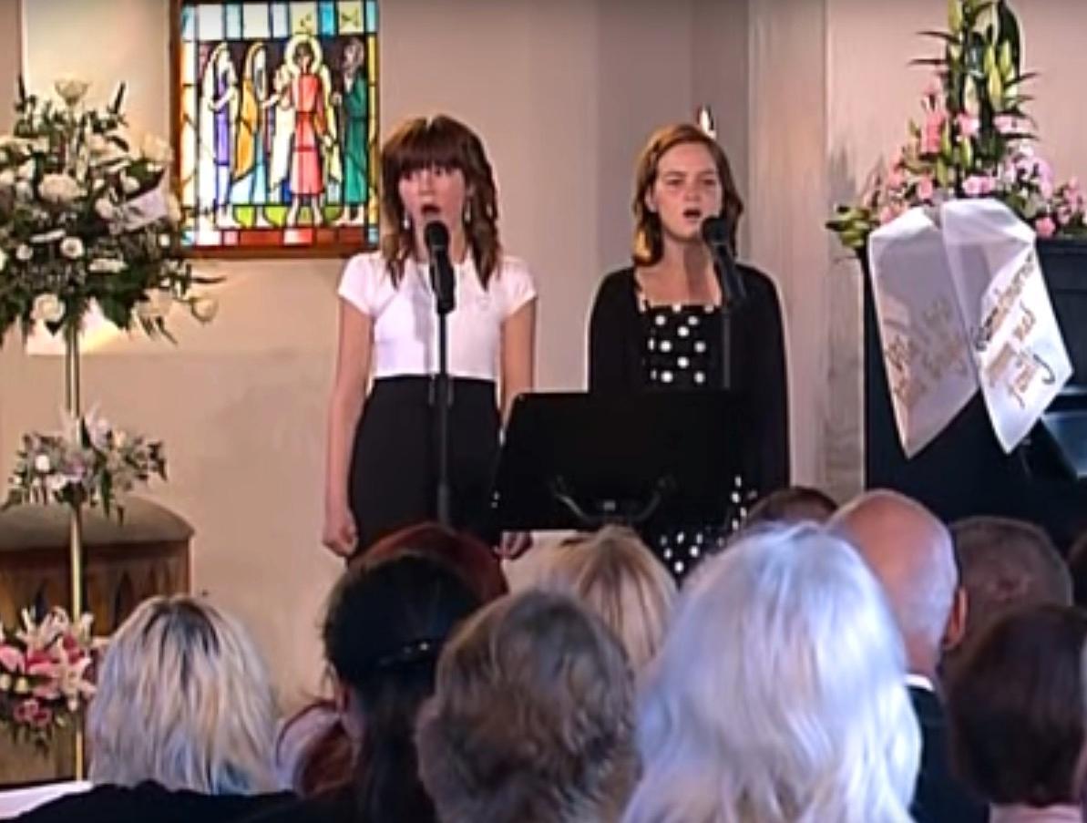 Englas syster Sol till vänster, och bästis Isabelle till höger.